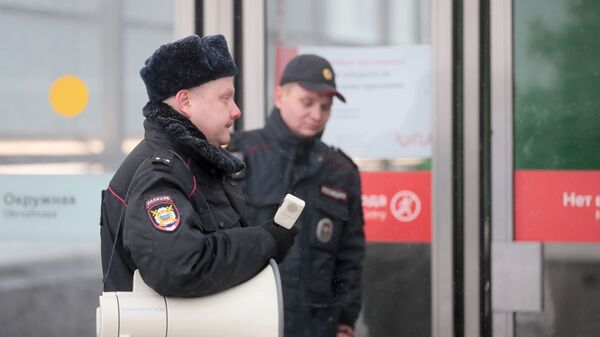 Сотрудник полиции у станции метро Окружная в Москве, закрытой из-за подтопления. 15 января 2019