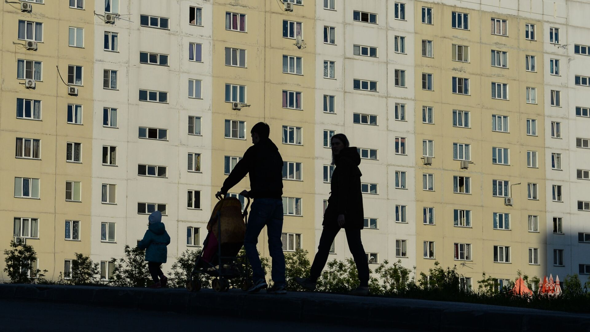 Семья во дворе жилого дома - РИА Новости, 1920, 13.10.2020