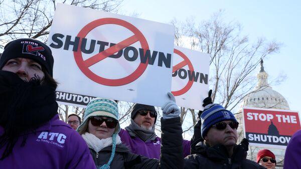 Митинг против частичного закрытия федерального правительства США у здания Капитолия в Вашингтоне. 10 января 2019