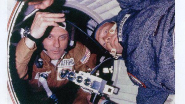 Томас Стаффорд и Алексей Леонов с киноаппаратом К3А на борту орбитального комплекса Союз-Аполлон