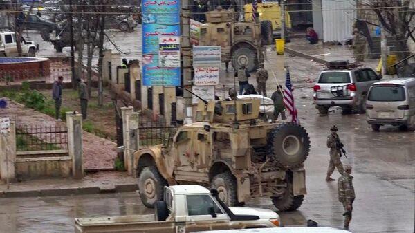 Военные США на месте теракта в сирийском городе Манбидж. 16 января 2019