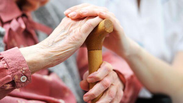Уход за пожилой женщиной