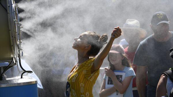 Зрители под струей воды на чемпионате Австралии по теннису в Мельбурне