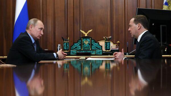 Президент РФ Владимир Путин и председатель правительства РФ Дмитрий Медведев во время встречи. 18 января 2019