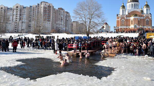Участники крещенских купаний в проруби в Киеве. 19 января 2019