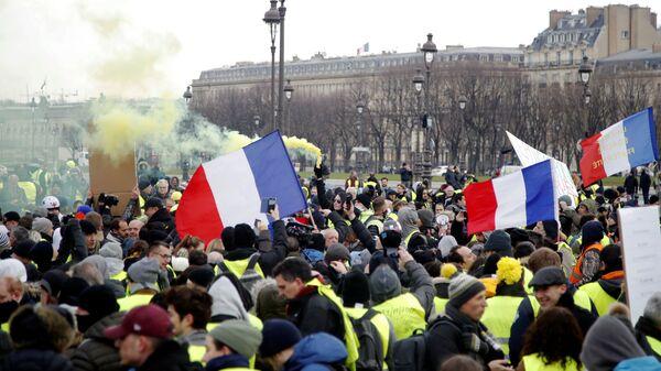 Участники протестной акции жёлтых жилетов в Париже. 19 января 2019