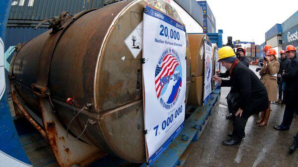 Контейнеры с ураном в Санкт-Петербурге перед отправкой в США