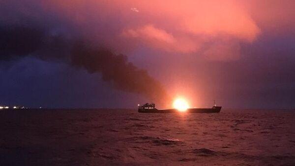 Два судна под флагом Танзании горят в районе Керченского пролива