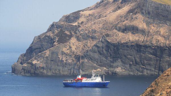 Судно заходит в бухту Крабовая острова Шикотан