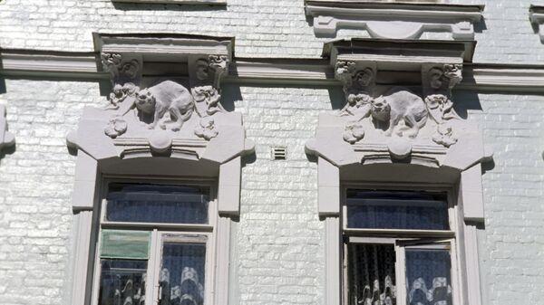 Фрагмент фасада и окон жилого дома. Улица Остужева (ныне Большой Козихинский переулок)