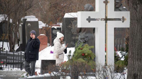 На Новодевичьем кладбище