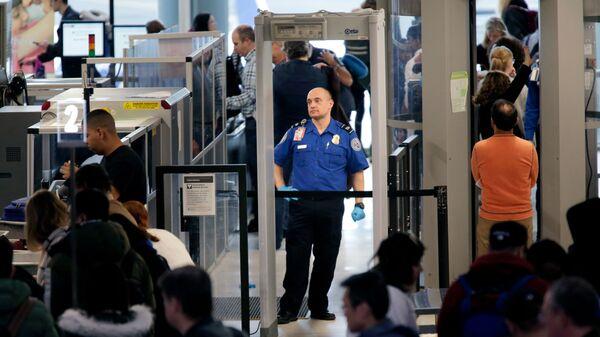 Агенты службы транспортной безопасности в аэропорту, США