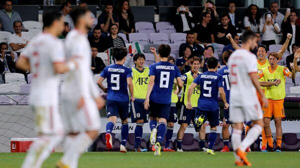 Футболисты сборной Японии радуются забитому мячу в ворота Ирана