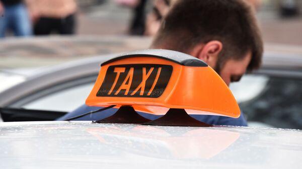 Знак такси на автомобиле