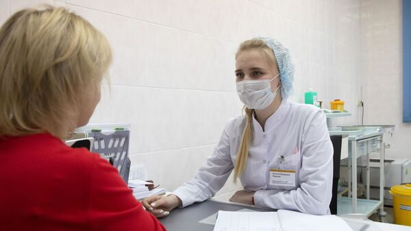 Пациентка в прививочном кабинете в городской поликлинике № 68 в Москве