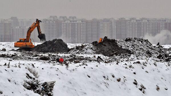 Экскаватор на полигоне твердых бытовых отходов Кучино в Балашихе Московской области, где проводится рекультивация полигона