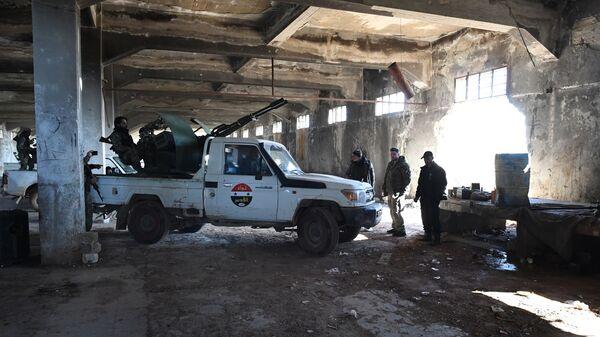 Сирийские ополченцы на позициях напротив Джебхат-ан-Нусры* в пригороде Алеппо