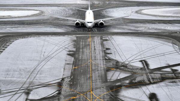 Самолет на рулежной дорожке в аэропорту Домодедово