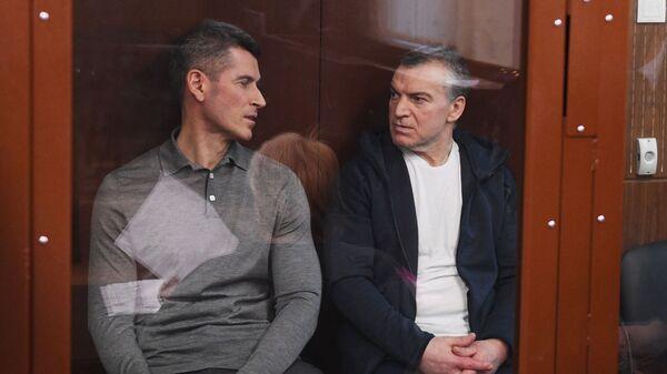 Бизнесмен Зиявудин Магомедов и генеральный директор фирмы Интекс группы Сумма Артур Максидов на заседании Тверского суда