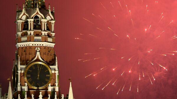 Праздничный салют, посвященный встрече  Нового года, в Москве
