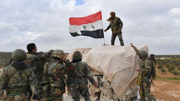 Военнослужащие сирийской армии на передовых позициях в районе города Манбидж в провинции Алеппо