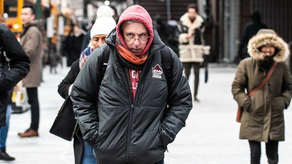 Пешеходы в холодную погоду на Манхэттене в Нью-Йорке