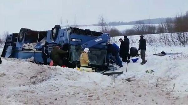 Сотрудники МЧС РФ на месте дорожного происшествия в Бабынинском районе Калужской области, где произошло опрокидывание пассажирского автобуса