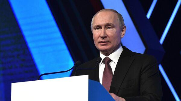 Президент РФ Владимир Путин на форуме Деловая Россия