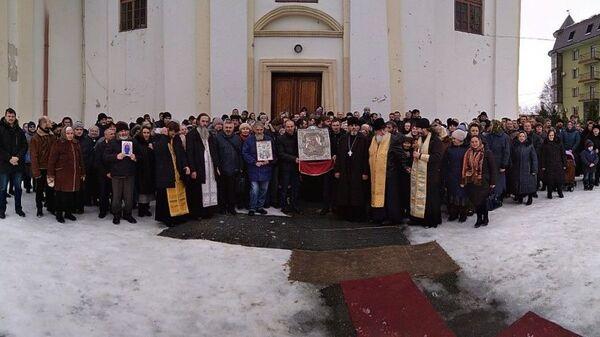 Община УПЦ в поселке Богородчаны возле опечатанного Свято-Николаевского храма. 3 февраля 2019 года