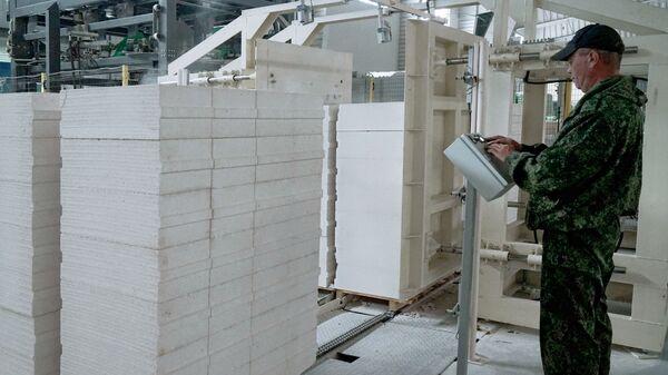 Рабочий в одном из цехов завода