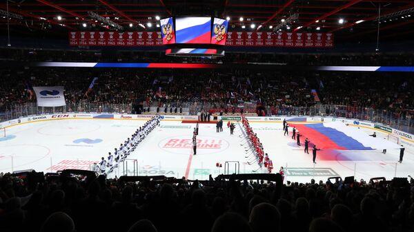Игроки сборных России (справа) и Финляндии