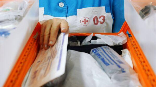 Врач станции скорой медицинской помощи проверяет аптечку в кабинете комплектации бригад