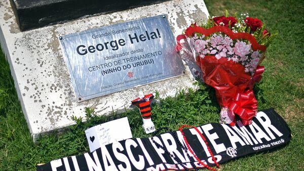 Мемориальная доска у входа в тренировочный центр бразильского футбольного клуба Фламенго