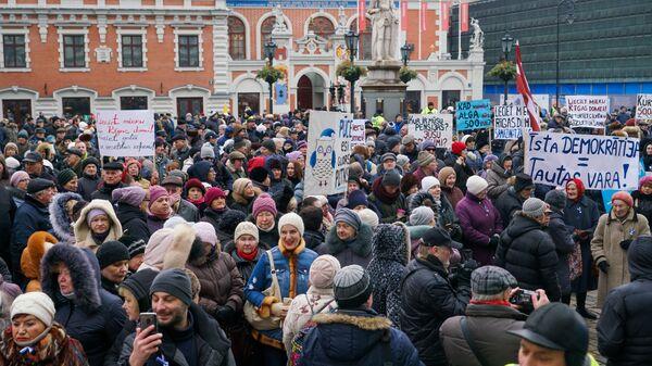 Участники митинга в поддержку мэра Риги Нила Ушакова на Ратушной площади латвийской столицы