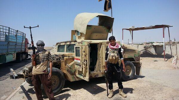 Боевики ИГ (запрещена в РФ) на контрольно-пропускном пункте в городе Байнджи, Ирак. 2014 год