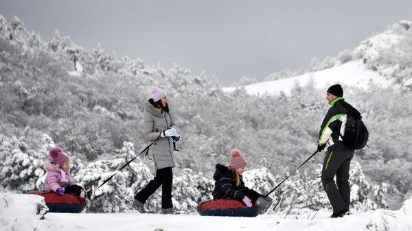 Семья с детьми отдыхает на Ангарском перевале в Крыму