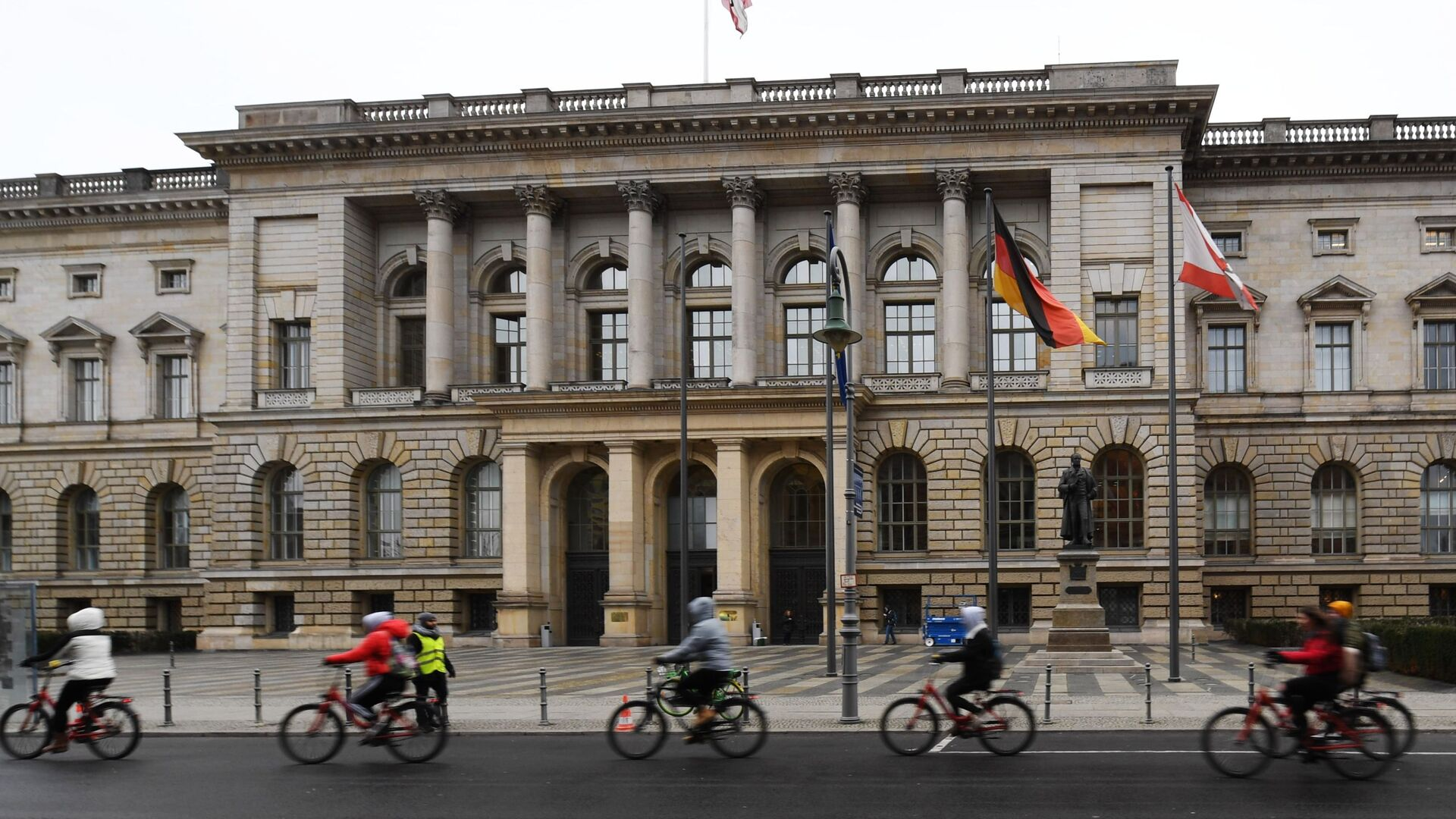 Велосипедисты едут мимо здания Палаты депутатов Берлина  - РИА Новости, 1920, 20.02.2021