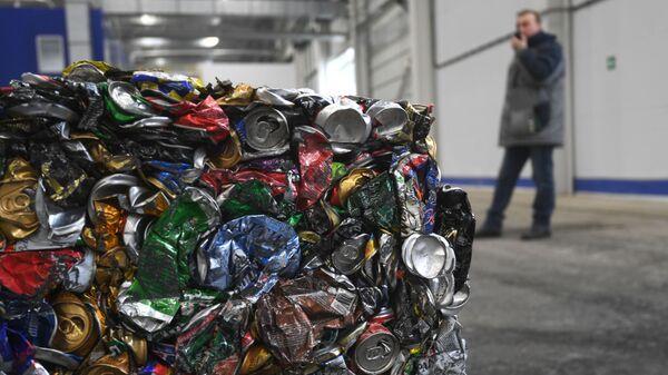 Спрессованные в куб жестяные банки на предприятии по глубокой переработке твердых коммунальных отходов