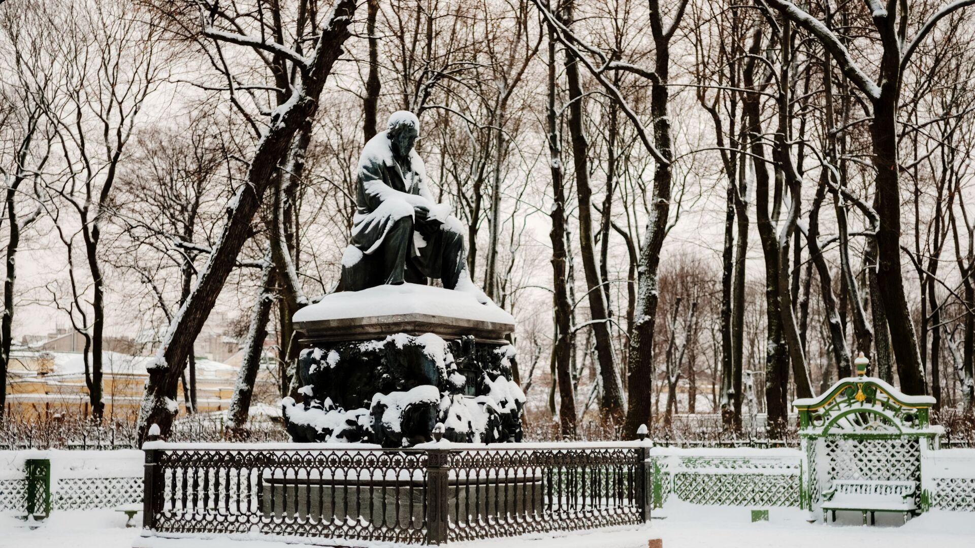 Памятник поэту, баснописцу И.А. Крылову в Летнем саду зимой в Санкт-Петербурге - РИА Новости, 1920, 26.11.2020