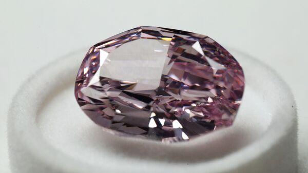 Бриллиант Великолепный розовый на показе бриллиантов компании Алроса