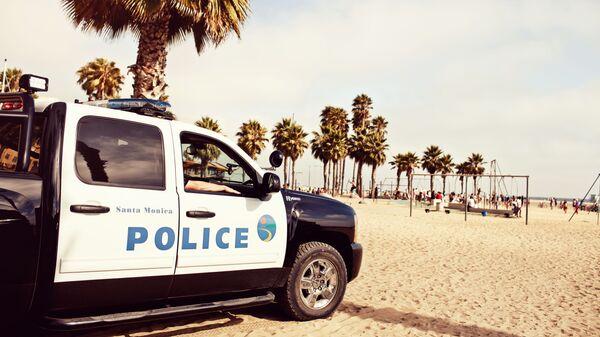 Полицейский автомобиль на пляже