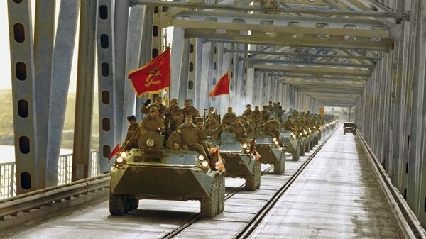 Колонна бронетранспортеров на мосту в Термезе во время вывода советских войск из Афганистана
