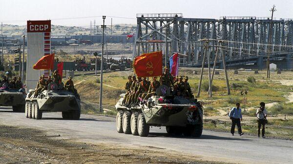 Первая колонна советских войск, возвращающихся из Афганистана, пересекла по мосту Дружбы через реку Амударью афгано-советскую границу