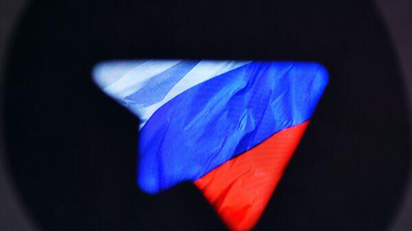 Логотип социальной сети Телеграм на фоне российского флага