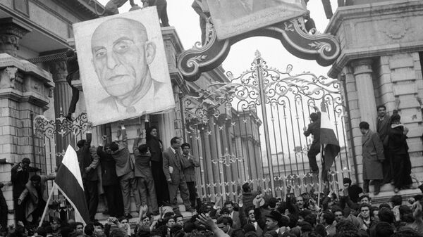 Сторонники Мосаддыка у ворот здания парламента в Тегеране. 2 марта 1953