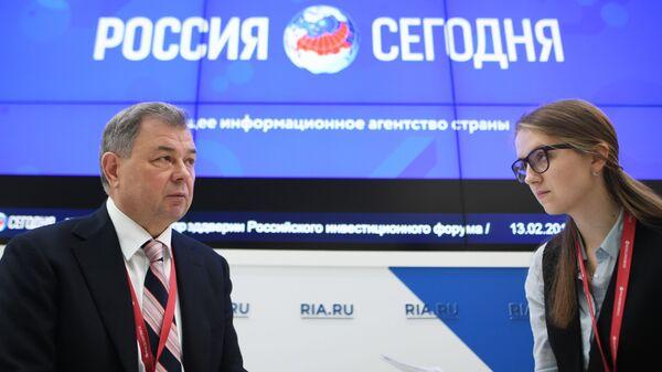 Губернатор Калужской области Анатолий Артамонов на стенде МИА Россия сегодня на Российском инвестиционном форуме в Сочи