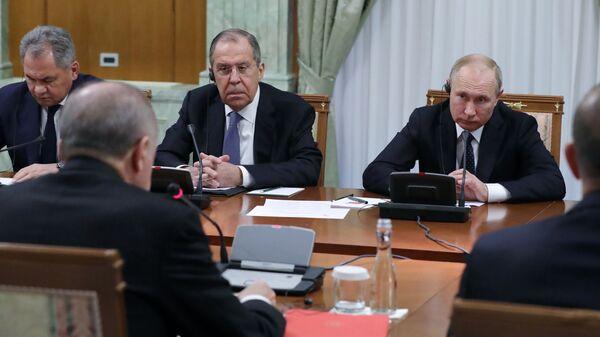 Президент РФ Владимир Путин во время беседы с президентом Турецкой Республики Реджепом Тайипом Эрдоганом в Сочи