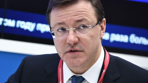 Губернатор Самарской области Дмитрий Азаров на стенде МИА Россия сегодня на Российском инвестиционном форуме в Сочи
