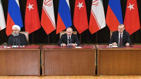 Президент РФ Владимир Путин во время пресс-конференции с президентом Исламской Республики Иран Хасаном Рухани и президентом Турецкой Республики Реджепом Тайипом Эрдоганом в Сочи