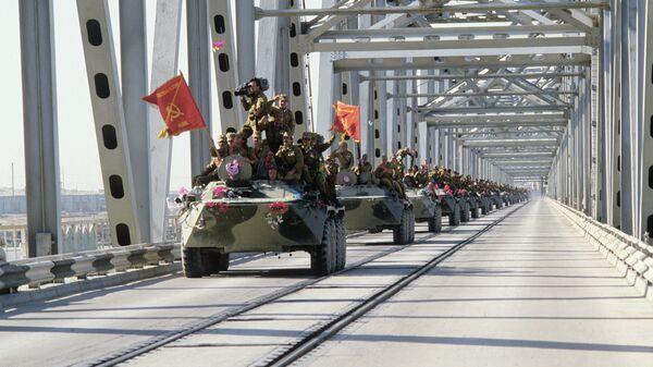 Окончание вывода ограниченного контингента советских войск из Демократической Республики Афганистан. Колонна бронетехники пересекает афгано-советскую границу по мосту Дружбы через реку Аму-Дарью